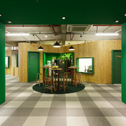 Hall de entrada andar Verde + madeira OSB.