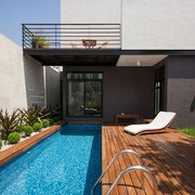 madeira na piscina