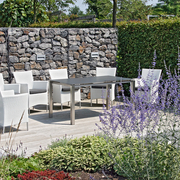 jardim com muro de pedras