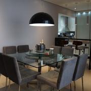 Sala de jantar integrada com a cozinha com churrasqueira