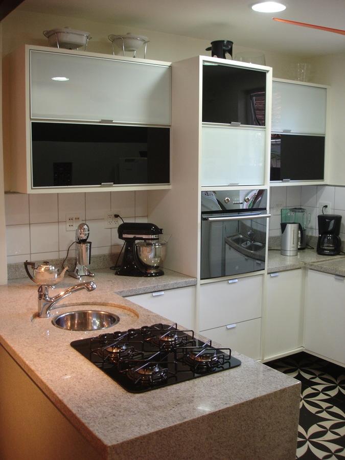 A marcenaria exclusiva e modernização de uma cozinha projetada na década de 50