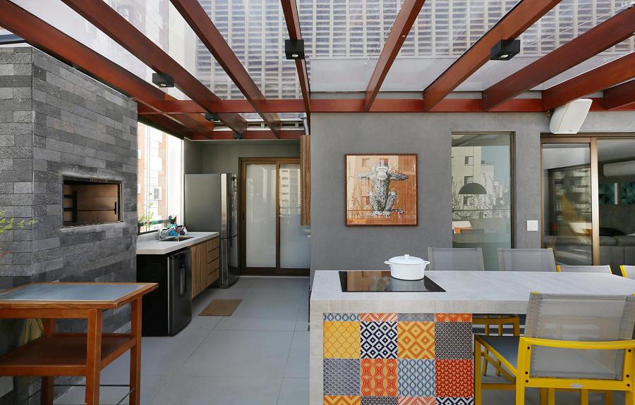 Área com churrasqueira coberta de teto transparente