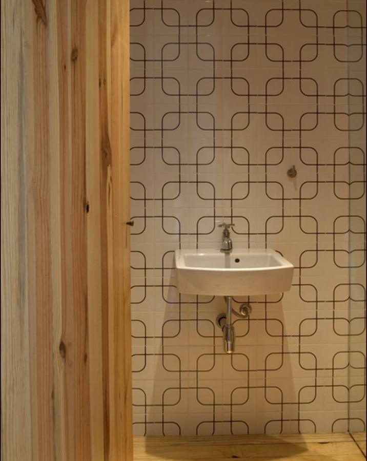 azulejo antigo e madeira pinus
