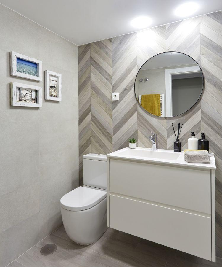 baheiro decorado com quadros