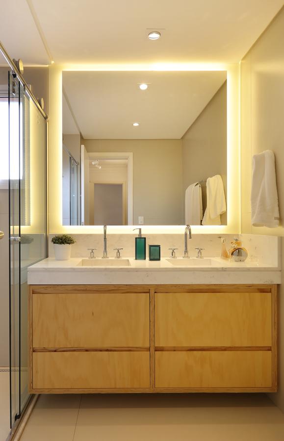 Banheiro com iluminação no espelho