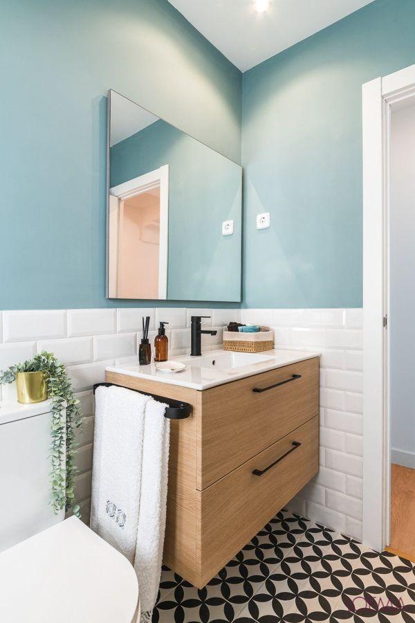 banheiro com parede colorida