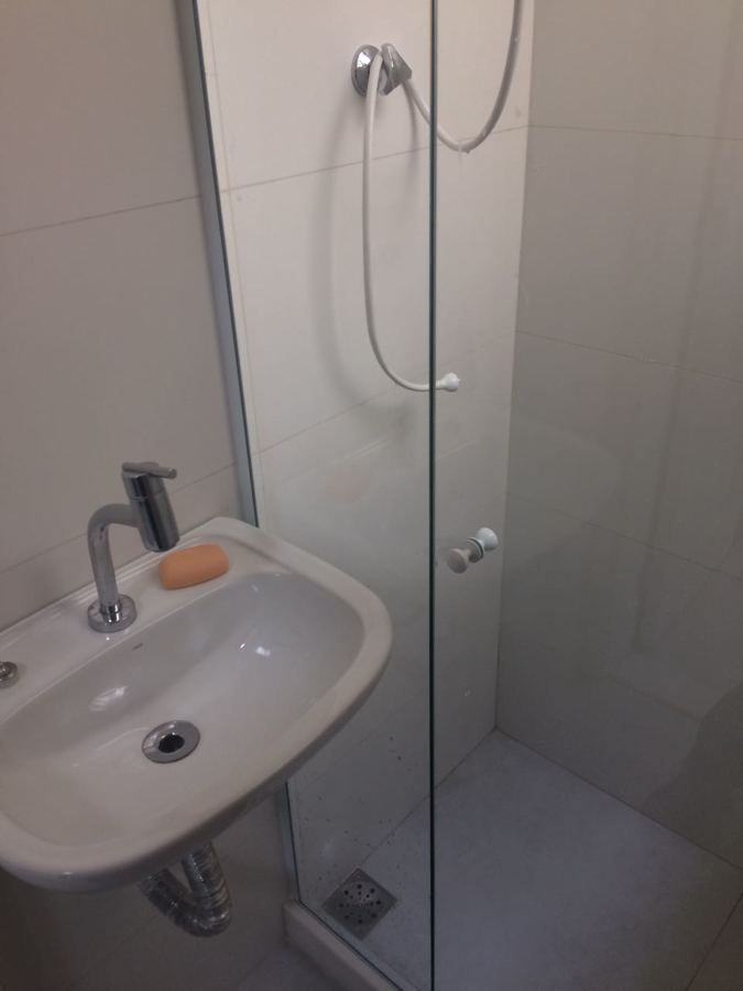 Banheiro de serviço - Lavatório e box