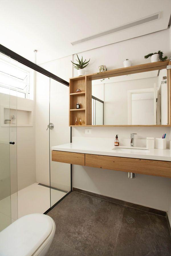 banheiro moderno com móvel de madeira