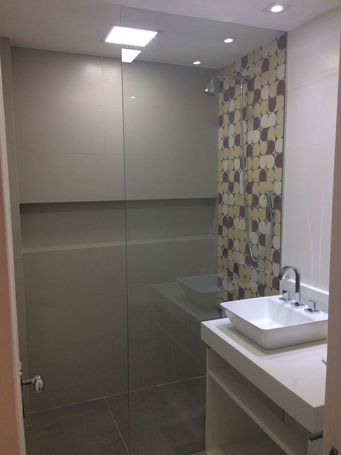 Banheiro Social - Lavatório e Box com para ducha