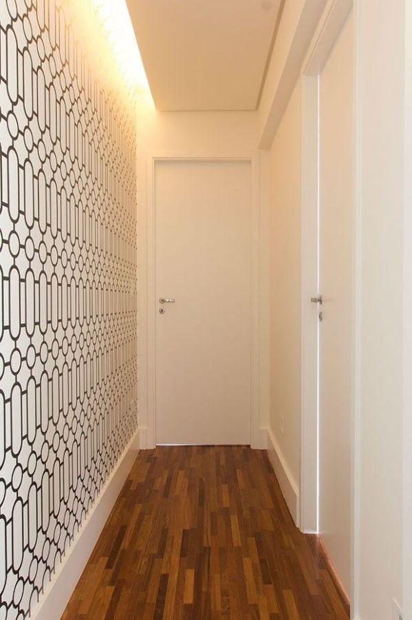 corredor com papel de parede