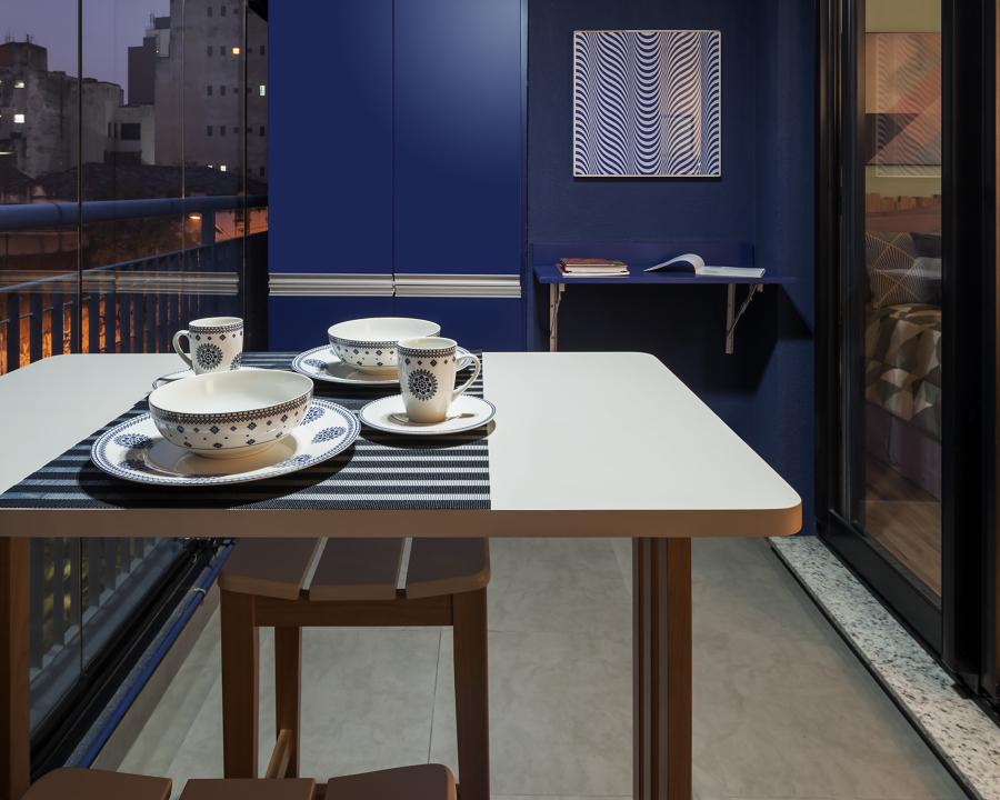 Cozinha Azul Integrada com a Varanda Moderna e Contemporânea