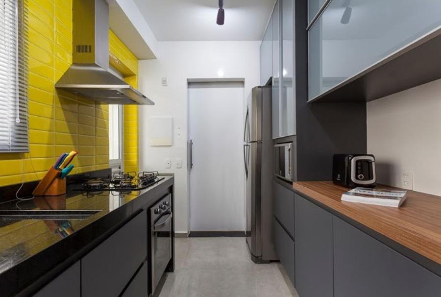 cozinha com azulejo amarelo