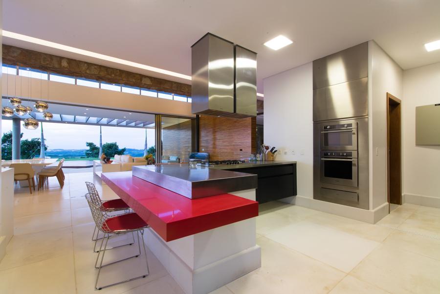 cozinha com ilha e bancada de almoço