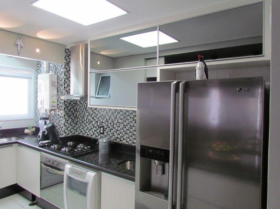 cozinha com portas de vidro na cor preta