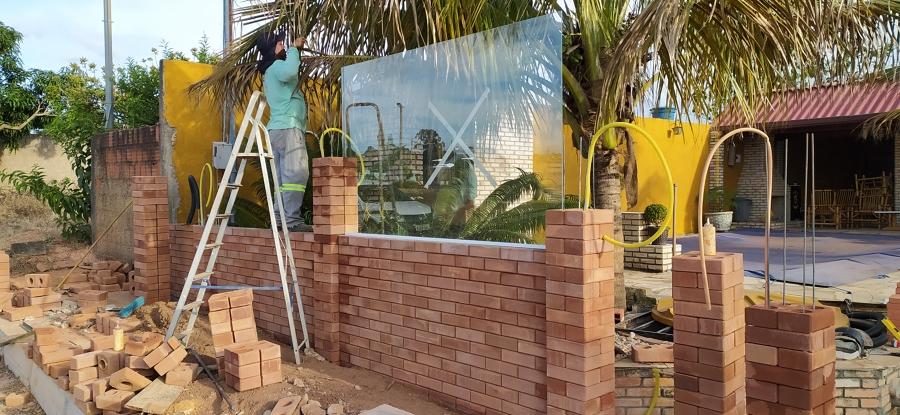 fixação dos vidros diretamente no tijolo.