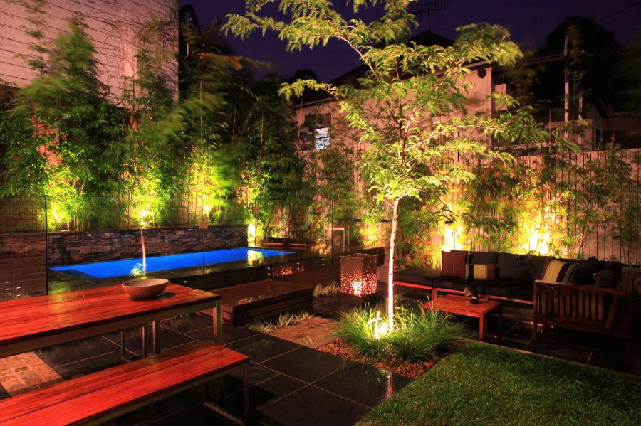 iluminação de jardim com piscina