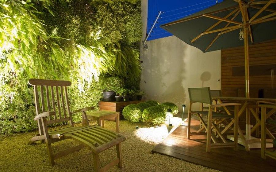 iluminação em jardim vertical