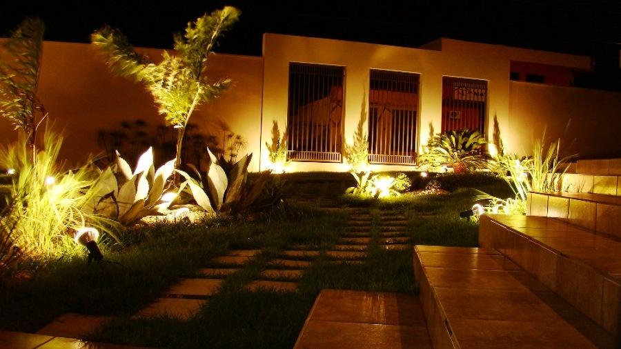 iluminação no jardim da frente da casa