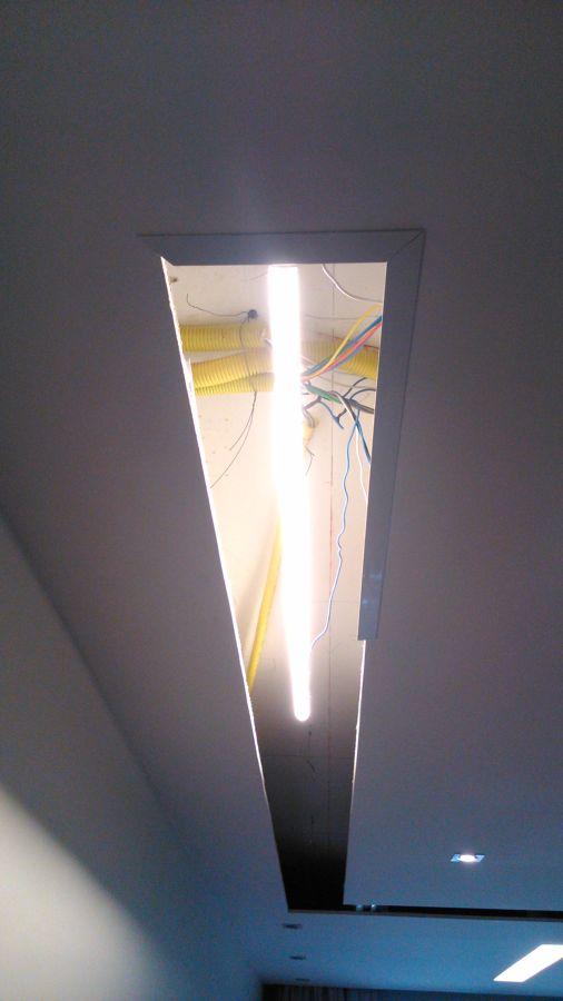 Instalado os suportes para lâmpada no teto e alguns pefis utilizados para suportar os vidros