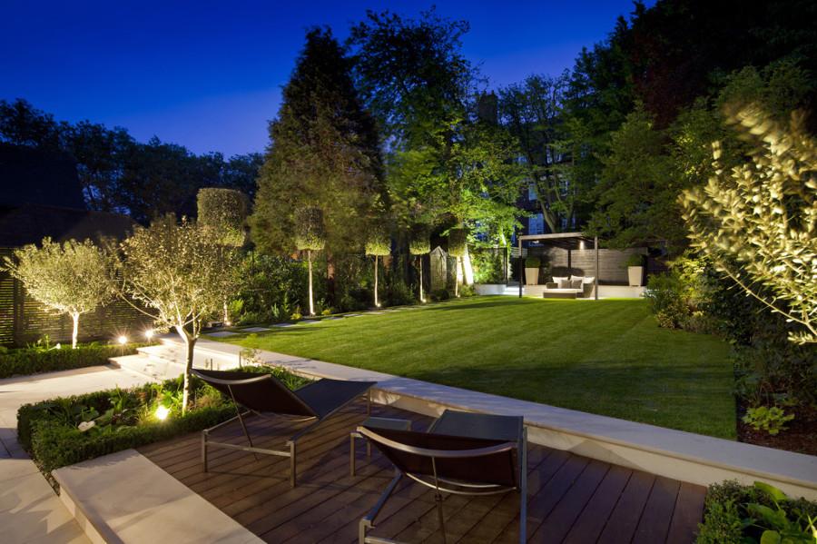 Jardim amplo iluminado