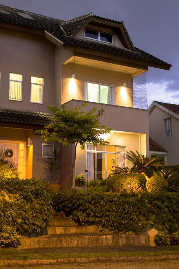 Jardim da frente da casa iluminadp