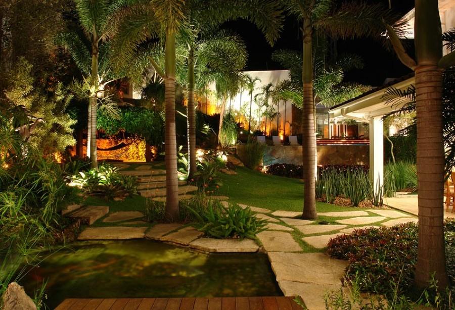Jardim grande com várias iluminações