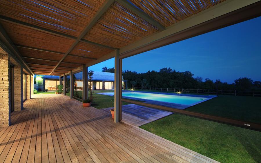 varanda com jardim e piscina