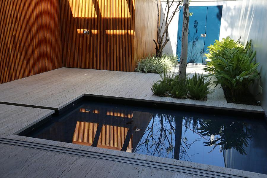 marmore na piscina