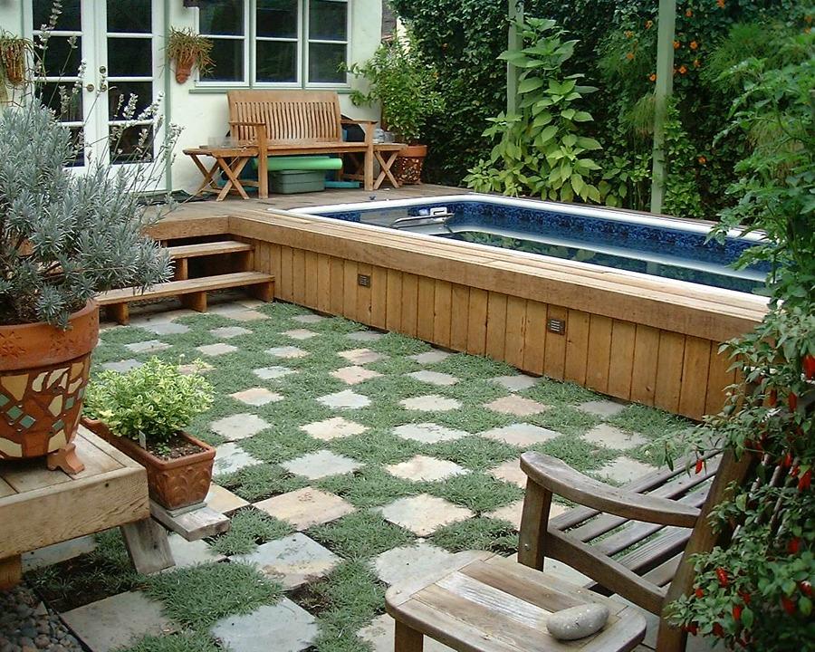 Piscina com deck no quintal