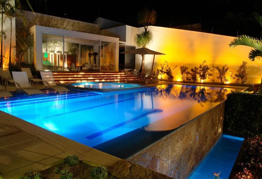 piscina com jardim iluminado
