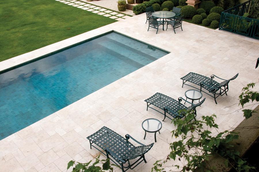 piscina com piso de mármore