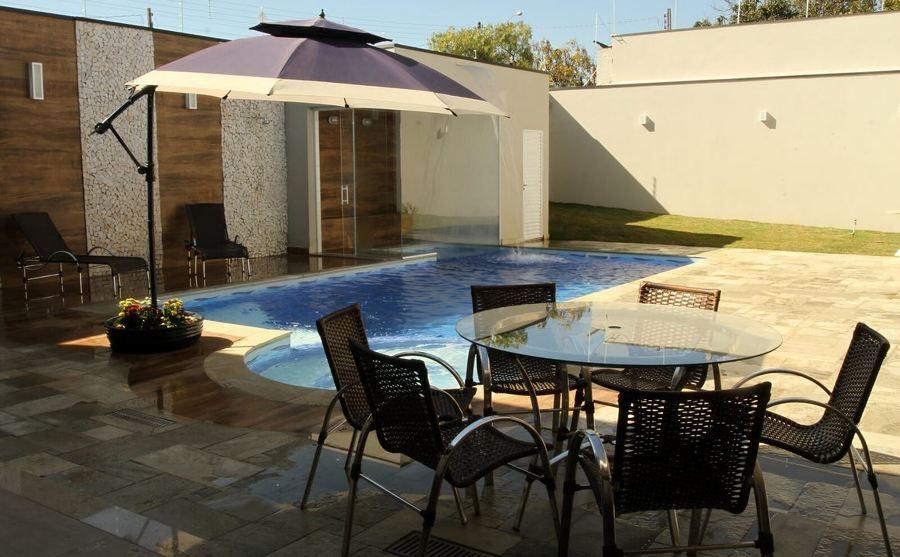 piscina com revestimento de pedra