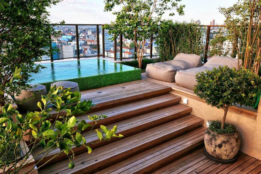 Piscina elevada com deck de madeira