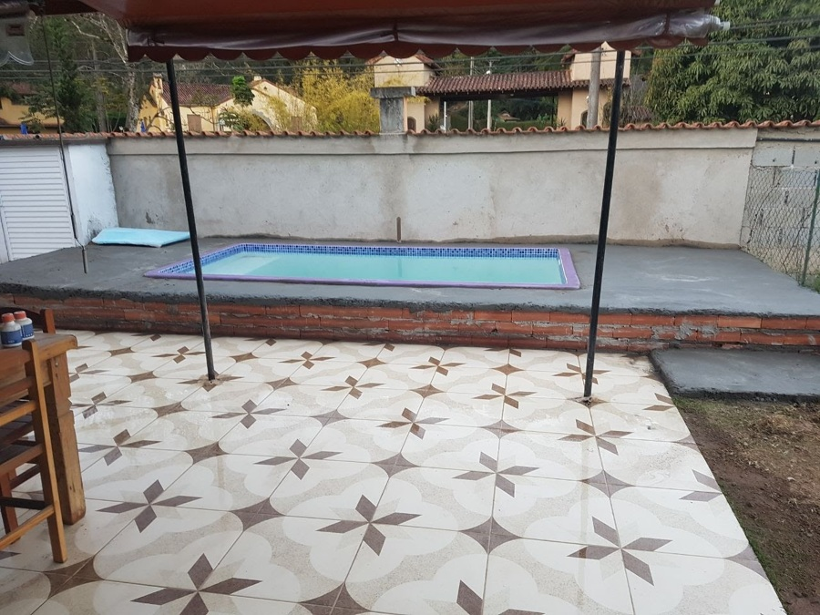 Piscina instalada e com conta piso