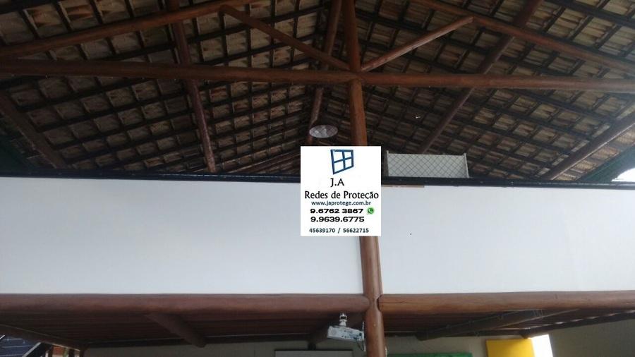 rede de proteção em vão fixada na madeira