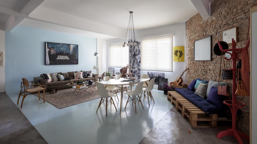 Sala de Estar integrada a Sala de Jantar estilo moderno e contemporâneo com parede de tijolinhos