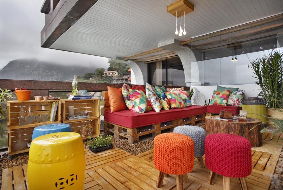 terraço com móveis feitos com paletes