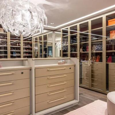 Closet de vidro: vale a pena ter armários com portas de vidro no quarto?