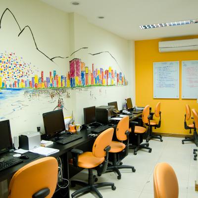 Um escritório aconchegante com paredes de madeira