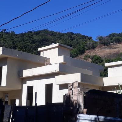 Construção  de casas germinadas com telhado embutido sob pratibanda