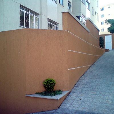 muro a ser demolido e substituído por vidro temperado