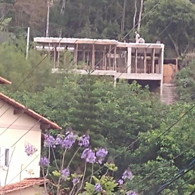 Estrutura em concreto armado em terreno em aclive