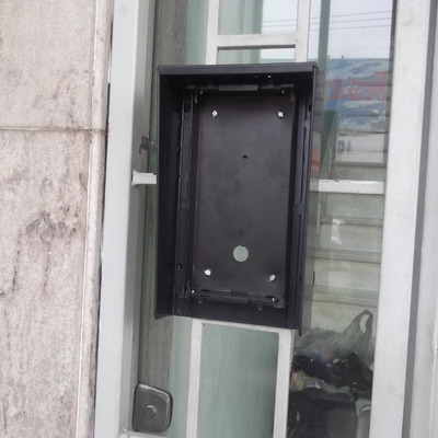 Fixação do painel no portão de entrada - 1