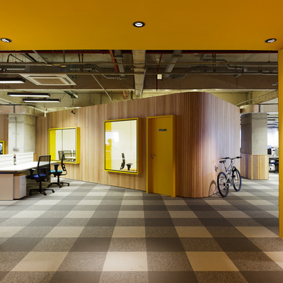 Hall de entrada andar Amarelo + madeira Carvalho.