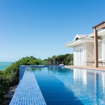 Uma casa com espaços amplos e vista pro mar