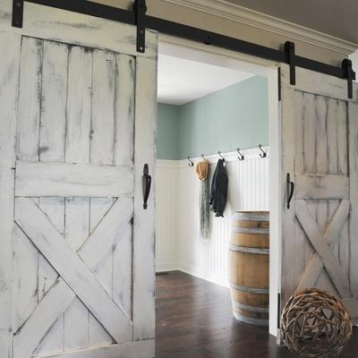 Portas tipo celeiro para decorar interiores. São irresistíveis!