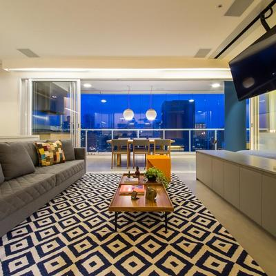 Apartamento com ambientes integrados e decorado com personalidade