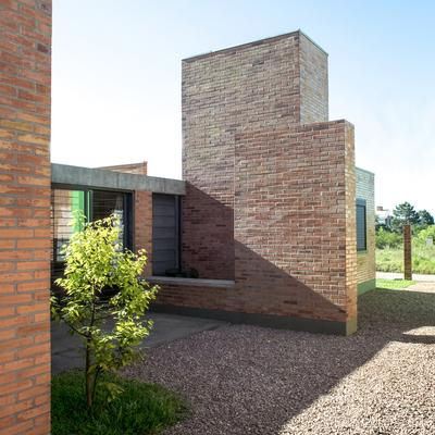 Casa barata: obra feita com tijolos cerâmicos