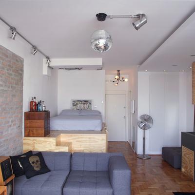 Cobertura de 35m² tem decoração brutalista e ambientes integrados
