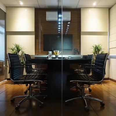 Vista geral da sala de reunião.